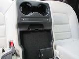 後席にもシートヒーター、USBソケットなど充実の装備。