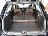 リアシートを倒した状態です。トランクの底面は高さ調整機能付き2重構造です。またリアシートは6:4の2分割になっており、荷物の大きさ、量に合わせてアレンジ可能です。底面の板を上段にするとフラットになります。