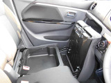 シートアンダーBOX!助手席側の下に便利な収納がありますよ!