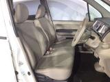 運転席から降りずらい時でも助手席に移動して降りられるベンチシート!