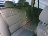 後部席は足元広く、長距離でも疲れにくく快適です。