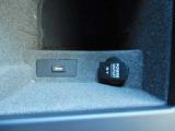 【USB入力端子】携帯電話の充電などに役立ちます。