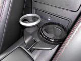 運転席と助手関の間にはカップホルダーが!更にDVDも装備されていますヨ♪