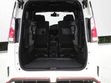 お荷物の量や乗車人数に合わせて使えるリヤシートは、ご覧のとおり跳ね上げすることで、広々したラゲッジルームで便利です。