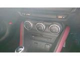 両席シートヒーター&ステアリングヒーター付き。CD&DVD、USBポート付き。ブルートゥース機能付き