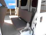 後席シート、折りたたみ収納式で便利に使えます。