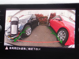 ギヤセレクターレバーをリバース(R)に入れると、リアビューカメラが作動。車両映像をディスプレイに映し出し、映像と警告音で後退時や前進時の安全をサポートします。