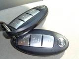 インテリジェントキー付きで、両手がふさがっている時もボタンひとつでドアを開けられます!バッグやポケットにカギが入っていればキーを差し込まなくても、エンジンがかけられます!