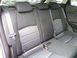 後席の足元にも余裕の有るスペースがあり、大人の方でもリラックスして座ってもらえます。