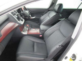 運転席も助手席もリラックスしてゆったりと座れます。