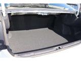 大きな荷物を載せるときには、後席背もたれを倒して広く使えます