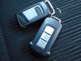 インテリジェントキー ドアロックの開閉やエンジンスタートの操作までもボタンひとつでOKなんです。お買い物で、両手が塞がっている時もキーをポケットに入れていればボタン一つでドアロックを開閉出来ますよ!