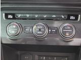 運転席側、助手席側の温度調整を独立して行えるデュアルオートエアコン