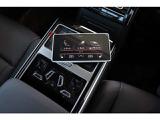 5.7インチ高解像度ディスプレイを備え、インテリアライト、シートヒーターやベンチレーション機能を含むエアコンの温度調節、マッサージ機能を含むシート調整などを、スマートフォンのように指先で操作できます。