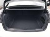 トランクの容量は530リッターです 後席を倒すことでさらに容量を拡大するとともに長尺物への対応が可能となります 奥が深いのでフルサイズのゴルフバック3個は楽に収納できます