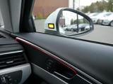 アウディサイドアシスト。後方から来る車を検知し、オレンジ色のLEDを光らせて注意喚起してくれます。安心機能です。