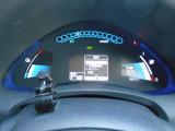 車両情報などを表示するマルチセンターディスプレイを備えた下部メーター、平均電費・走行可能距離や走行用バッテリーの情報も表示します。