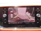 ギアをリバースに入れると車両後方の映像を映し出します。画面にはガイドラインが表示され、車庫入れや縦列駐車などの際に安全確認をサポートします!