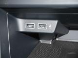 エアコン下の小物入れにはUSBポートを2個ご用意。