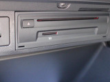 CDオーディオおよびSDカードのスロットはグローブボックス内に設置されています。お気に入りの音楽ファイルを入れてドライブに出かけましょう!