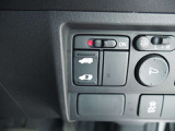 簡単操作で開け閉めラクラクの左側電動スライドドア装備 右側スライドドアは手動開閉です