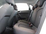 ●リヤシートも足元広々。ゆったりとしたスペースで長時間のドライブも楽しめます。