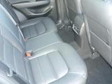高級感あるレザーシートを採用。快適な車内環境を提供するベンチレーション機能も備えています。
