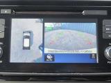 クルマを上空から見下ろしているかのような映像を映し出します。周囲の状況がひと目で把握できるため、安心してスマートに駐車できます。