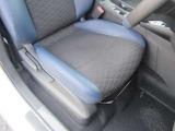 シートリフター付きでシートの上下の調整ができるので、ドライビングポジションが取れます