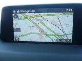 「マツダコネクト」はソフトウェアをアップデートでき最新のサービスを利用できるコネクティビティシステムです。走行中でもインターネットラジオの受信やハンズフリー通話など便利で楽しい多彩な機能が操作できます