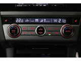「左右独立温度調整機能付フルオートエアコン」装備。運転席と助手席の温度が個別に調整でき、体調などに合わせて快適にお過ごしいただけます