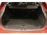 トノカバー付ラゲッジルームは、様々なシーンにあわせアレンジが可能です。また60:40分割可倒式シートバックを倒せば、ラゲッジスペースはフラットになり、ワゴン車を熟知するボルボ社ならではの配慮です。