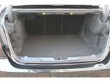 トランクルーム容量は415リッター。トランクのヒンジアームまでフルカバーされたトリムは高級車の作りとなっております。