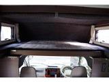 運転席助手席の上にあるバンクベッドです。車両によって異なりますが、1~3名就寝可能です。大人だと1~2名だと思います。