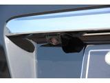 リヤの死角はバックカメラで安全を確保。