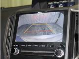 《バックモニター》車両後方の映像をナビ画面に表示し、駐車などの後退操作をサポートします。高感度小型カメラで後方視界をカラー映像でお知らせします。合わせて距離目安線も表示します。