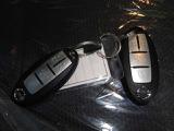 【リモコンキー】インテリジェントキー。キーを持って、ドアハンドル横のボタンを押すとドアの施錠・開錠が行えます。そのまま乗り込みエンジンを掛けることもでき、とても便利です。