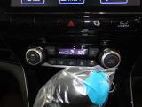 オートエアコン付きです。運転席・助手席でそれぞれ吹き出す風の温度や風量など自動調整してくれます。一定の温度にセットするだけで自動的に車内を設定温度に保ってくれるので快適です。