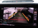 ギヤをリバースに入れるとリヤビューカメラが作動、センサーにより障害物を検知しディスプレイと警告音で知らせる、ビジュアルで障害物の接近がわかるオプティカルパーキングシステムを搭載。