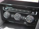 3ゾーンフルオートエアコンディショナー。運転席助手席そして後席、それぞれ独立して温度風量をコントロール。アレルゲン除去機能付きフィルターを採用、快適でリラックスした室内環境を提供します。