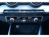 室内を設定温度に保つエアコンディショナーシステム。温度、風量、分配を電子制御し外気温や太陽光に応じた調節機能付きで、運転席と助手席で異なる温度設定ができます。
