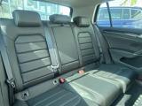 後部座席も大人3人ゆったりと座れます。