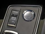 プッシュスタート式エンジンスタートボタン。ドライブモードを切り替えるスイッチも装備しています。