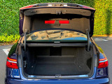 奥行きがあり、十分な広さを持つラゲッジスペースです。リアシートは分割可倒式ですので、大きな荷物を積載する事も可能です。