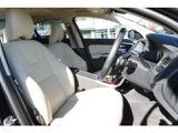ブロンドレザーシートが室内を華やかにしてくれます。電動シートやシートヒーターが標準装備です。