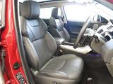重厚感のあるウインザーレザーを採用。カラーはエボニーとなります。運転席・助手席共に使用感も少なく大変きれいな状態を維持しています。