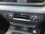オーディオ操作やオンボードコンピューター等を多機能にコントロールできる、マルチファンクションスイッチ付の本革巻きステアリング。
