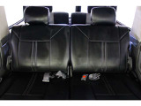 ブラックレザー調シートカバー付き★リアシートは成人男性でもゆったり座っていただける居住空間になります★