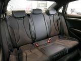クロス&本革のスポーツシートが装着されています。電動の前後スライド、高さ調節、リクライニングランバーサポート、シートヒーター機構が標準で装着されます。