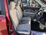 フロントベンチシートが運転席足元もゆったり、広々快適ですで、助手席へのウォークスルーも楽々可能ですよ☆